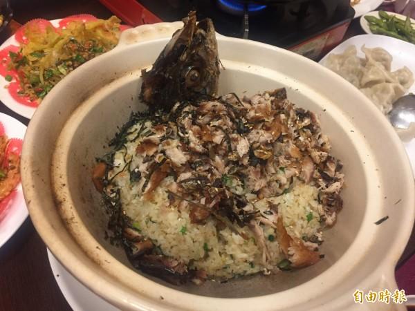 鹹魚炒飯,將鯖魚頭等擺上餐桌,以「驗名正身」。(記者歐素美攝)