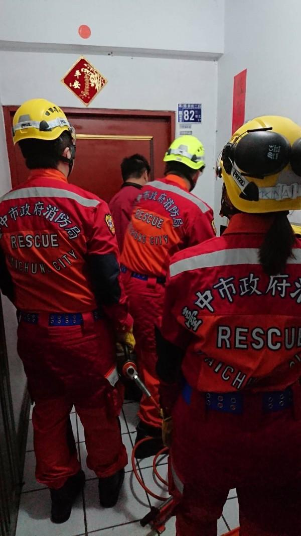 消防人員緊急破門先發現陳屍床上的陳男。(記者許國楨翻攝)