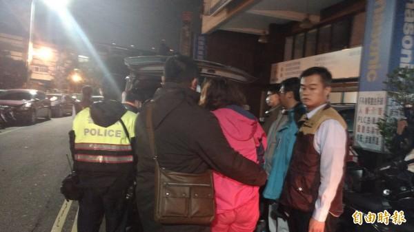 林男遺體被抬出大樓,家屬悲痛不已。(記者許國楨攝)