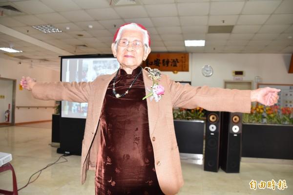 準百歲人瑞(99歲)楊玉說,肌力和體適能訓練讓她走路更穩健,自在走跳更快樂。(記者蘇福男攝)