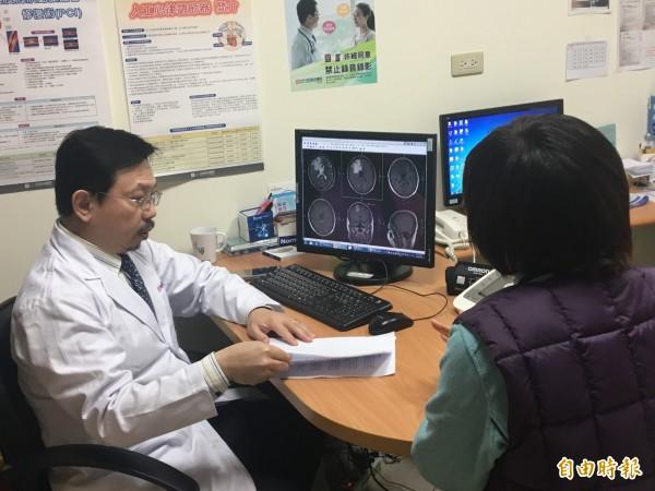 光田綜合醫院癌症中心主任郭集慶(左)向張小姐(右)解說檢查結果。(記者張軒哲攝)
