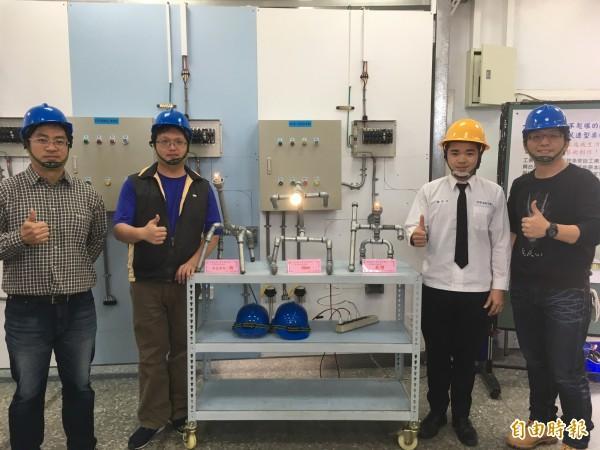 君毅中學水電科學生將廢棄材料打造成各式藝術品。(記者鄭名翔攝)