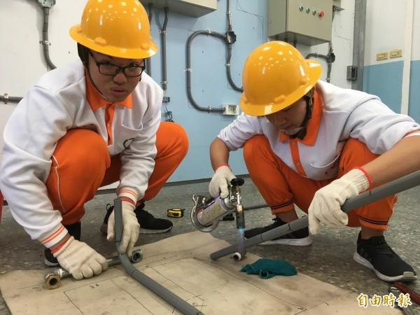 君毅中學水電科學生學有專精,未來將考取證照,具備更強工作競爭力。(記者鄭名翔攝)