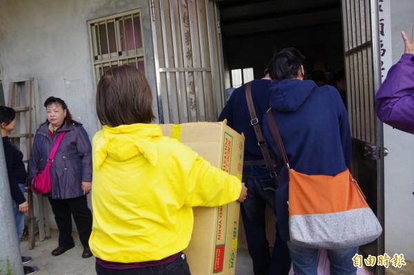 義工組織白沙屯媽祖婆網站濟弱,邁入第10年,圖為發送物資畫面。(記者蔡政珉攝)