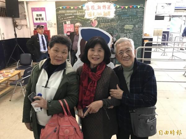 金馬小姐賴麗美(中)、劉桂琴(左),到國光客運站回憶早年風華。(記者林欣漢攝)