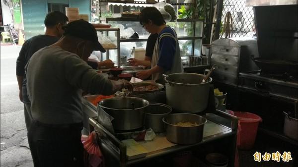 82歲的賴培明已經老店交給二代、三代,偶爾還是會到店裡幫忙。(記者黃文瑜攝)