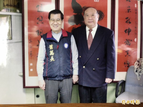 曾任兩屆桃園縣長的徐鴻志(右)昨天辭世。(記者陳昀攝)