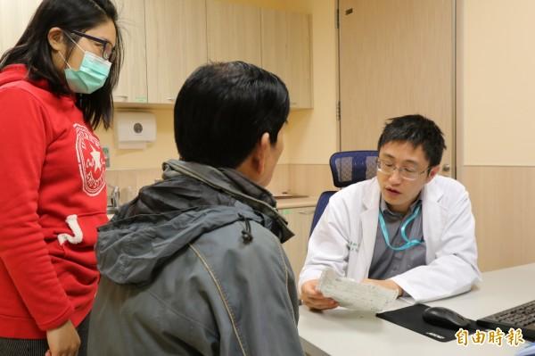 亞大醫院神經內科主任王馨範(右)建議罹患「阿茲海默症」的患者和家屬,發病初期一起參與心理諮詢,共同面對未來治療、照顧問題。(圖非當事人,記者陳建志攝)