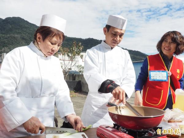 小S的公婆許慶祥(中)、黃秀真(左)夫婦當起廚師,為延平布農獨老煮年菜。(記者王秀亭攝)