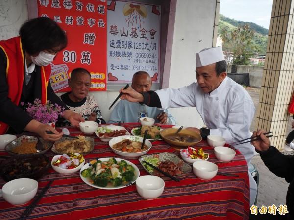 華山為長輩準備的年菜上桌,讓胡勝濟阿公(左二)重溫團圓的喜悅。(記者王秀亭攝)