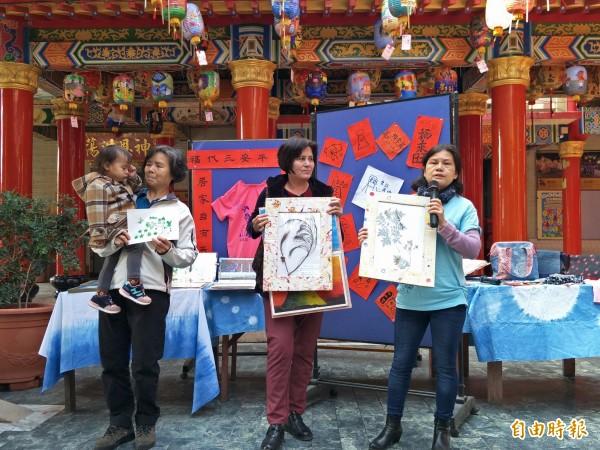 林淑惠(右)表示,她把在踏查生態環境時所發現的植物,納入創作當中。(記者邱灝唐攝)
