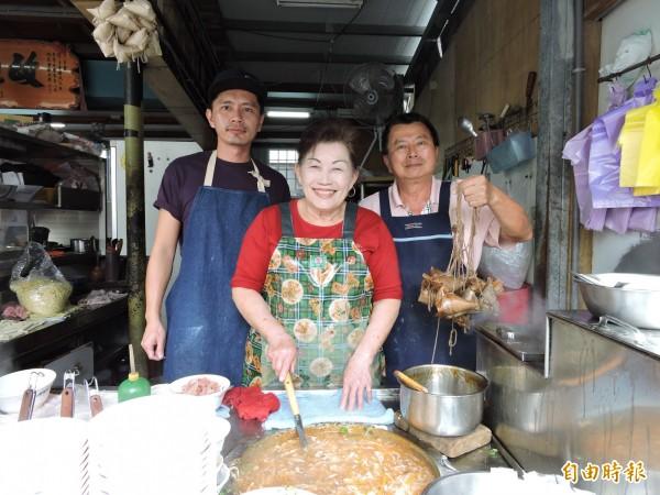 萬林肉粽第二代陳國民(右)與妻兒一起傳承父親的肉粽好滋味。(記者張存薇攝)
