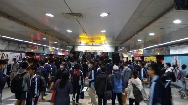 高雄捷運一月份平日尖峰運量又刷新紀錄(記者王榮祥翻攝)