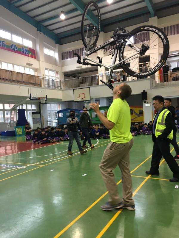 麻省理工學院高材生David Rush結合物理力平衡概念,以下巴頂約7.7公斤的腳踏車行走168.76公尺,花了4分22秒,成功寫下個人第36個金氏世界紀錄。(記者王駿杰攝)