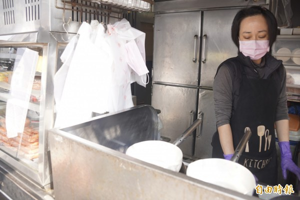 老闆娘將生魚片的剩肉煮成一碗碗滋味鮮美的鍋燒麵。 (記者黃佳琳攝)