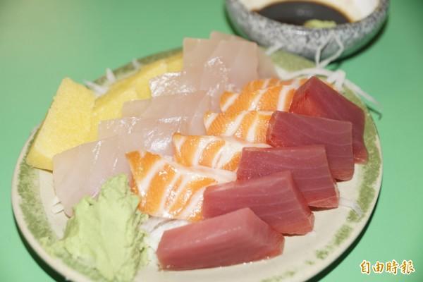 1份200元的生魚片新鮮又好吃。(記者黃佳琳攝)