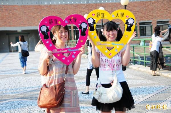 靜宜大學設計修女愛心,讓學生拍照。(記者張軒哲攝)