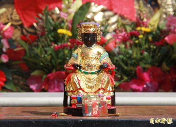 壽安宮開基媽祖經過70年後,終於能入火安座駐廟供奉。(記者陳冠備攝)