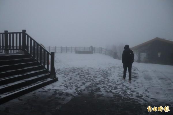 天還未亮,住宿遊客已迫不急待跑到戶外賞雪。(記者林敬倫攝)