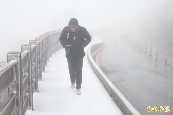 太平山國家森林遊樂區降下今年第3波瑞雪,太平山莊的木棧步道、草地、路面都有積雪。(記者林敬倫攝)