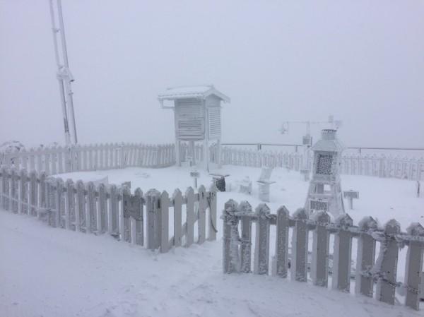 玉山今天持續降雪,截至稍早積雪約8.9公分。(氣象局提供)