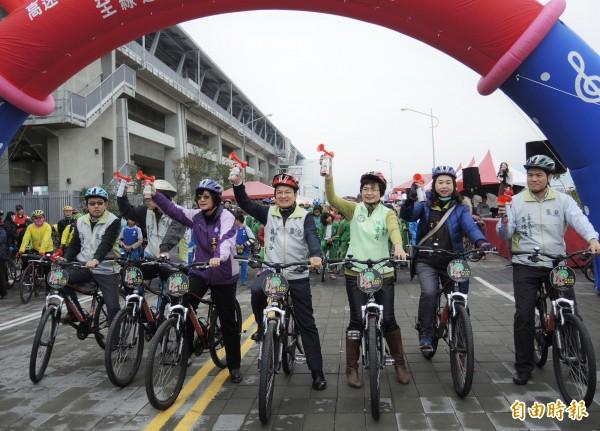 彰化高鐵聯外道路開通,彰化縣長魏明谷(中)騎自行車率先體驗。(記者陳冠備攝)