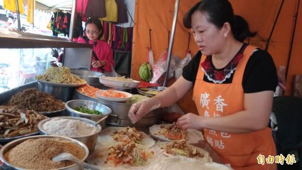 嫁到張家21年的薛藝雯總是在攤前忙得不可開交。(記者廖淑玲攝)