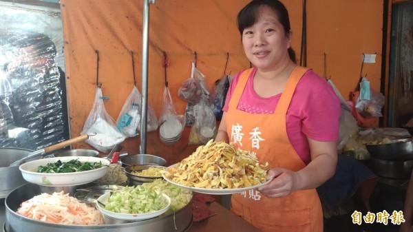 薛藝雯現做的蛋皮最受顧客歡迎,新鮮又美味。(記者廖淑玲攝)