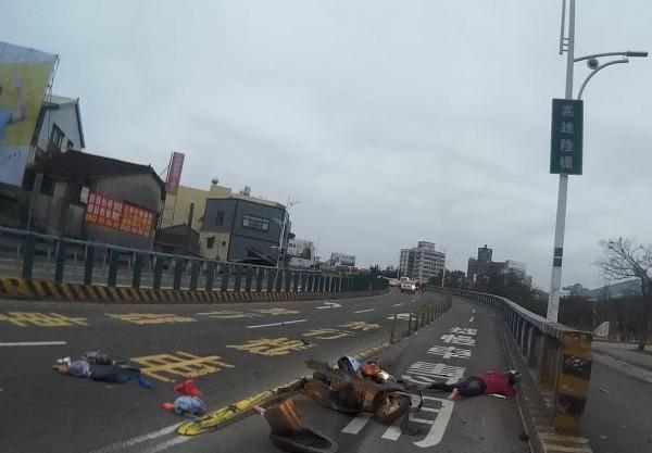 嘉雄陸橋今晨車禍,騎士跟駕駛都受傷。(記者王善嬿翻攝)