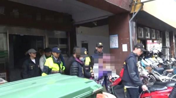 警方逮捕藏身大樓內的藥頭送辦。(記者許國楨翻攝)