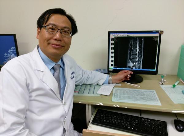 苗栗市大千醫院骨科醫師容志雄提醒,化膿性脊椎炎因判別不易,若有出現症狀務必儘早到醫院檢查。(記者張勳騰翻攝)