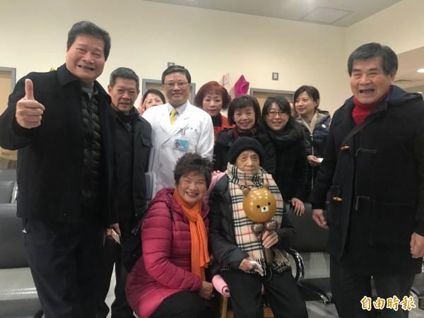 105歲的郭周鳳五代兒孫滿堂,家屬也準備花籃感謝醫護團隊,讓郭奶奶順利恢復健康。(記者陳心瑜攝)