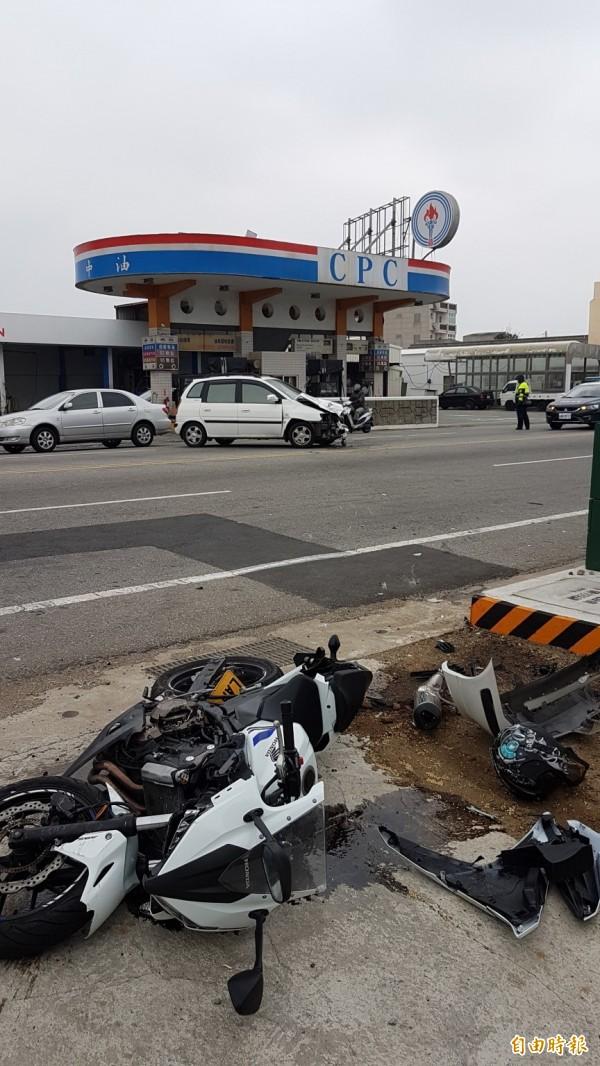 重機與自小客車嚴重對撞,被噴向對面車道。(記者劉禹慶攝)