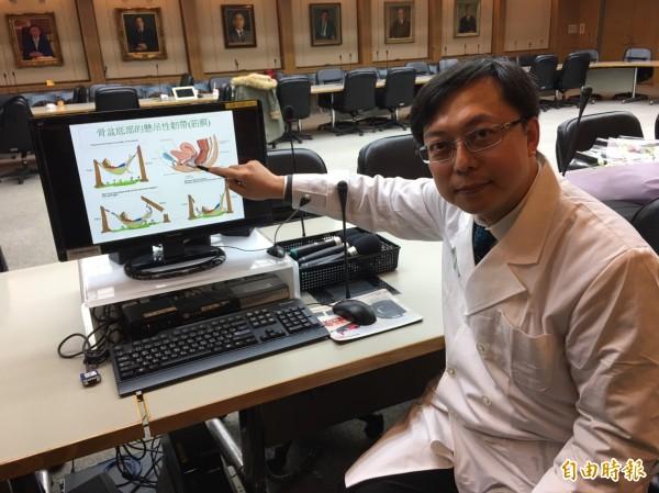 台大醫院婦產部主治醫師張廷禎說明骨盆器官脫垂治療手術。(記者林惠琴攝)