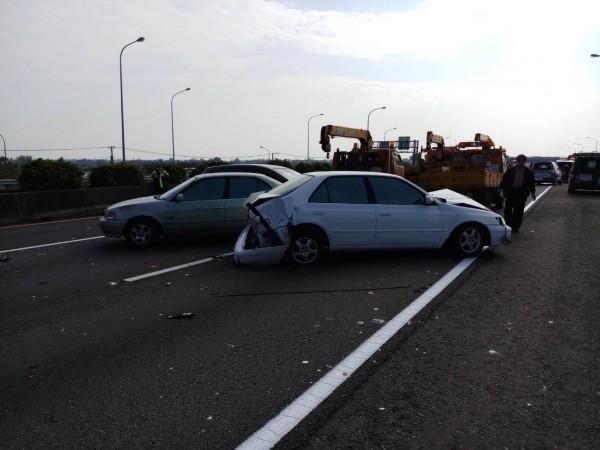國道一號中山高今天下午2點多發生連環車禍,3輛轎車與1輛小貨車在南下264.4公里處嘉義交流道附近追撞。(記者林宜樟翻攝)