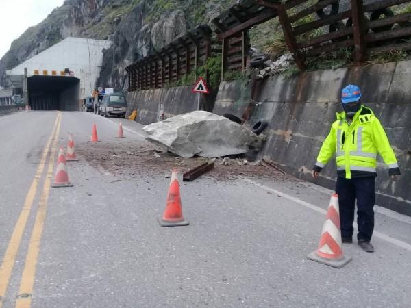蘇花公路164.5K今天下午有顆大落石自邊坡落下佔用南下車道,工務段緊急派員清理。(記者王峻祺翻攝)