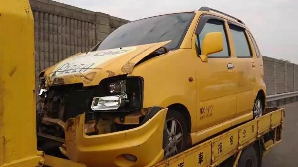 小轎車受損較輕微。(記者林宜樟翻攝)