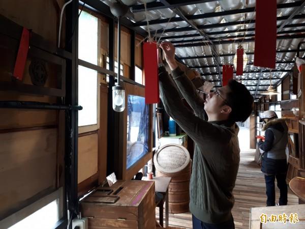 新竹市政府前廣場出現廢棄破舊家俱和窗戶?原來是喜迎農曆春節的裝置藝術祈願居。邀請市民過年來走春寫祈福卡。(記者洪美秀攝)