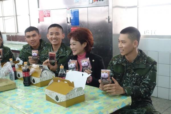 蕭淑麗(右二)今慰勉陸軍跟嘉義市籍替代役男。(蕭淑麗提供)