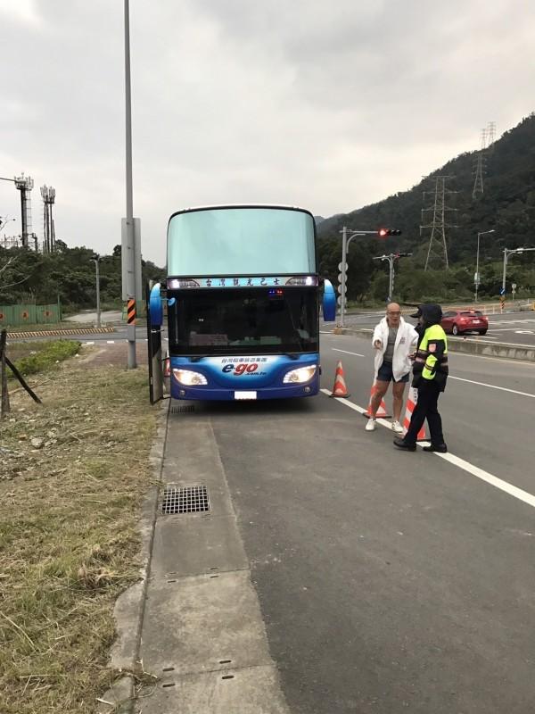 今天上午10點左右,一輛大客車從蘇花改蘇澳端闖入,遭警方在東澳端攔截告發。(記者張議晨翻攝)