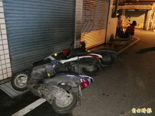 花蓮地區大地震,路上機車倒掉一排。(記者王錦義攝)