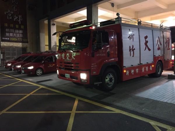 消防局獲報後立即集結特種搜救隊員15名、救災車輛4輛,今天凌晨2點半集結出發馳援。(消防局提供)