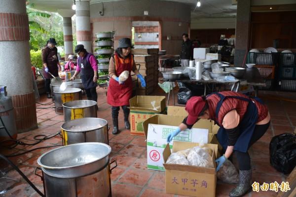 縣府尾牙準備1200份的年菜,將轉贈給弱勢團體。(記者游明金攝)