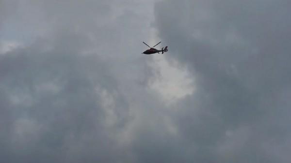 飛鷹直升機墜海第2天,空搜救援行動持續不停歇。(記者陳賢義翻攝)