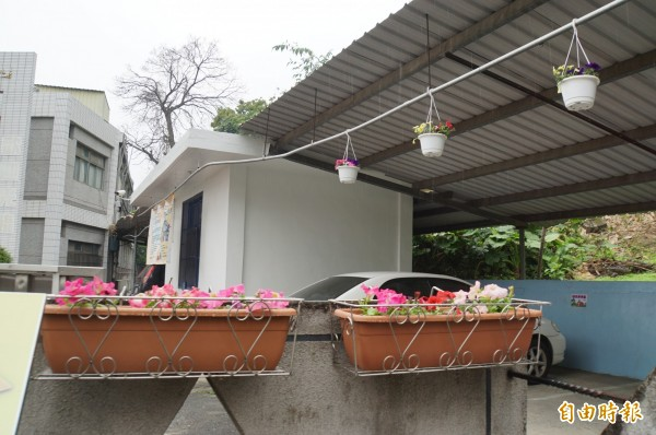整理好的花盆掛校門口,綠美花校園。(記者詹士弘攝)