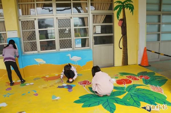 林頭國小學生集體創作,把走廊彩繪成生態地景。(記者詹士弘攝)