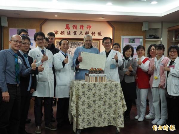加拿大籍演員尼克(前排左五)住院多日終於康復。(記者王秀亭攝)