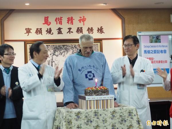 台東馬偕醫院特地準備蛋糕,慶祝尼克(右二)康復出院。(記者王秀亭攝)