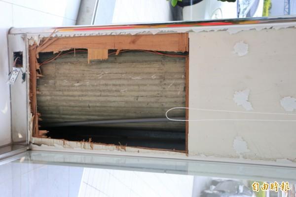 小貓卡在TOYOTA頭份營業所內的樑柱木板隔間內,經所方破壞裝潢才順利救出。(記者鄭名翔攝)