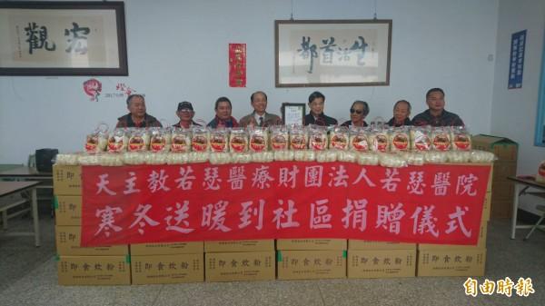 虎尾若瑟醫院捐贈虎尾公所冬令救濟物資。(記者廖淑玲攝)